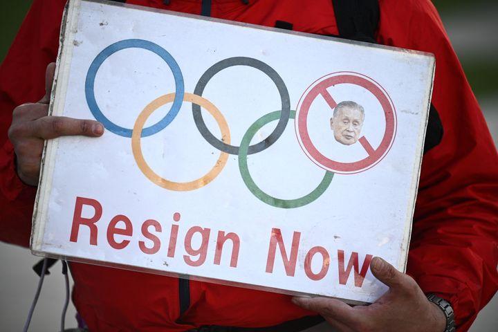 Un manifestant tient un slogan lors d'unrassemblement contre l'ex-président de Tokyo 2020, Yoshiro Mori, devant le musée olympique à Tokyo, le 11 février 2021. (PHILIP FONG / AFP)