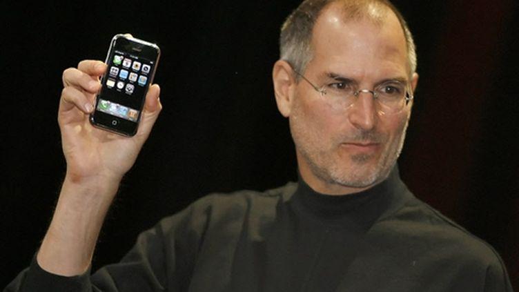 Steve Jobs, PDG d'Apple, présentant l'Iphone qui reste le produit numéro un de la marque à la pomme (AFP/TONY AVELAR)