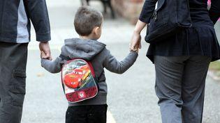 Un couple accompagne un enfant à l'école. Image d'illustration. (THIERRY GACHON / MAXPPP)