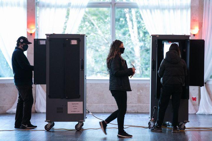 Des électeurs dans un bureau de vote à Atlanta (Géorgie), le 3 novembre 2020. (JESSICA MCGOWAN / GETTY IMAGES NORTH AMERICA / AFP)