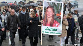 """En janvier 2012, des proches rendent hommage à Laëticia : c'est lemeurtre de la jeune fille et ce qu'il revèle sur la société que raconte """"Laëticia ou la fin des hommes"""", livre enquête d'Ivan Jablonka  (Frank Perry / AFP)"""