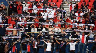 Les supporters du PSG respectent les distances de sécurité liées au covid-19, mardi 21 juillet 2020 au Parc des princes, à Paris. (FRANCK FIFE / AFP)