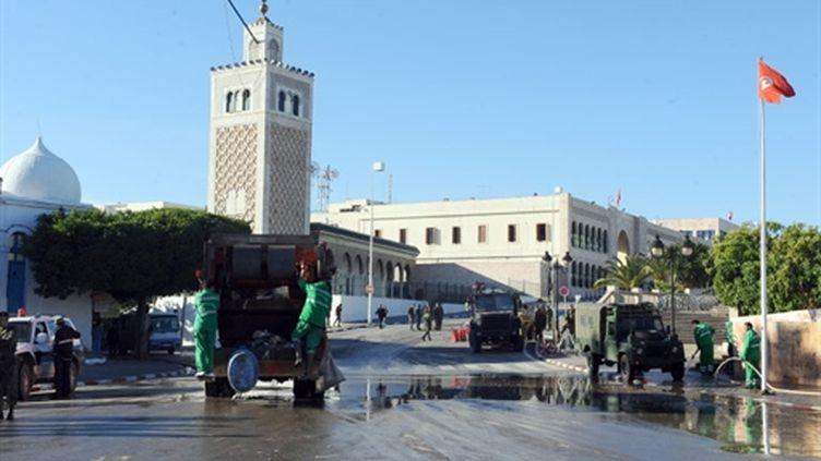 Les services sanitaires tunisiens nettoient les rues de Tunis après les dernières manifestations, le 29 janvier 2011 (AFP/FETHI BELAID)
