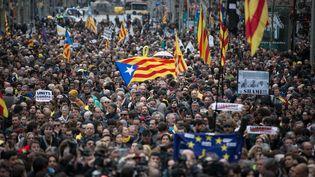 Des indépendantistes catalans manifestent dans les rues de Barcelone, dimanche 25 mars 2018, après l'arrestation de Carles Puigdemont. (LOLA BOU / ANADOLU AGENCY / AFP)