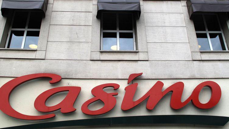 Une enseigne d'un magasin Casino à Paris, en juillet 2018. (ERIC PIERMONT / AFP)