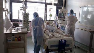 Un malade du Covid-19 dans un service de réanimation. (CHRISTOPHE BARREAU / MAXPPP)
