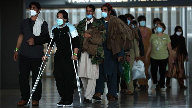 Des réfugiés afghans sont arrivés à le 31 août 2021 à Dulles, en Virginie (Etats-Unis) et sont conduits vers un centre de traitement des réfugiés. (ANNA MONEYMAKER / GETTY IMAGES NORTH AMERICA / AFP)
