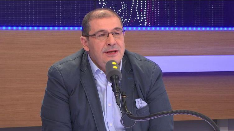 """Pascal Cherki, député PS et porte-parole de Benoît Hamon, invité du """"8h30 politique"""" sur franceinfo samedi 15 avril. (FRANCEINFO)"""
