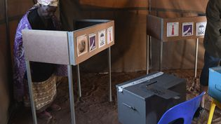 Une femme vote le 23 octobre 2019 à Gaborone, la capitale bostwanaise, lors des élections générales. (MONIRUL BHUIYAN / AFP)