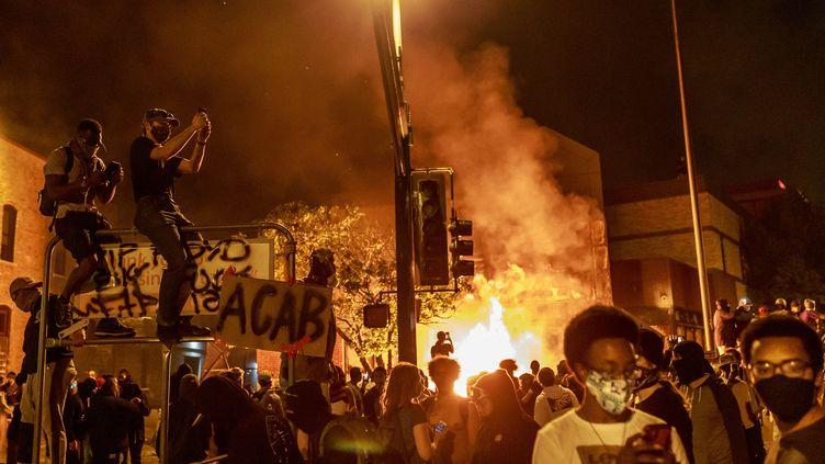 Troisième nuit d'échauffourées àMinneapolis, le 28 mai 2020, après la mort de George Floyd. (KEREM YUCEL / AFP)