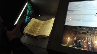 Les minutes du procès de Galilée, sorties des archives du Vatican pour une expositionà Rome, le 29 février 2012. (TIZIANA FABI / AFP)