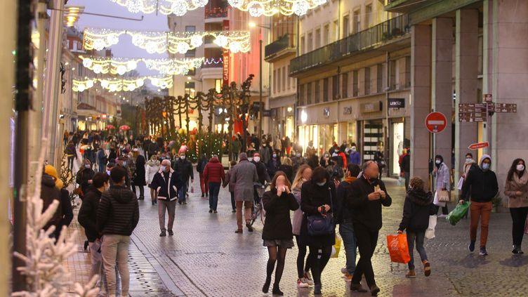 Dans une rue d'Amiens, le 13 décembre. Photo d'illustration. (FRED HASLIN / MAXPPP)