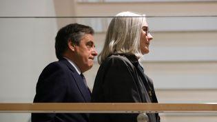 François et Penelope Fillon dans les couloirs du tribunal de Paris, le 10 mars 2020. (THOMAS SAMSON / AFP)