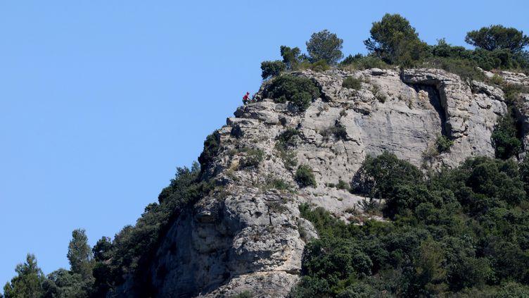 La falaise sur laquelle des ossements et effets personnels ont été découverts le 24 et le 25 juin 2021, non loin du domicile des parents de Lucas Tronche, disparu en 2015 à l'âge de 15 ans. (HIELY CYRIL / MAXPPP)