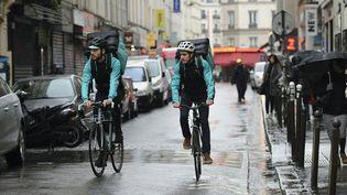 Des livreurs à vélo du service de restauration Deliveroo, un des concurrents de Take Eat Easy, le 31 mars 2016 à Paris. (ERIC FEFERBERG / AFP)
