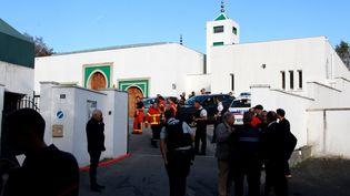 Des passants, des policiers et des membres des secours devant la mosquée de Bayonne, le 28 octobre 2019, après qu'un homme a ouvert le feu, blessant deux personnes par balles. (MAXPPP)