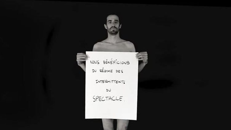 Les membres du groupe L'Homme parle font part de leurs inquiétudes sur le statut d'intermittent du spectacle dans une vidéo en noir et blanc diffusée sur YouTube. (CAPTURE D'ÉCRAN / FTVI)