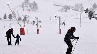 Des skieurs profitent des pistes des Deux Alpes (Isère), le 14 janvier 2016. (PHILIPPE DESMAZES / AFP)