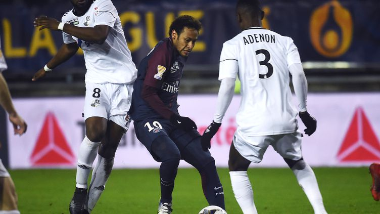 Le Brésilien Neymar au coeur de la défense amiénoise (FRANCOIS LO PRESTI / AFP)