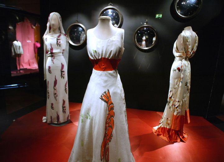 Robes Schiaparelli exposées à Paris en 2004  (JEAN-PIERRE MULLER/AFP)