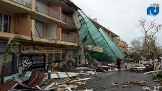 La façade d'un immeuble effondrée après le passage de l'ouragan, jeudi 7 septembre, à Saint-Martin. (RINSY XIENG / RCI.FR / AFP)