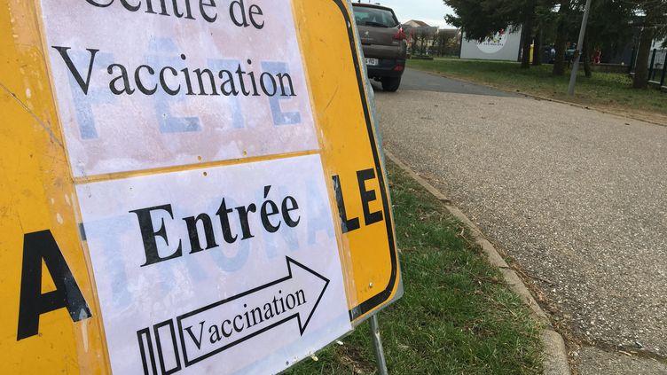 Un centre de vaccination contre le Covid-19 à Rémilly (Moselle) (JULIE SENIURA / FRANCE-BLEU LORRAINE NORD)