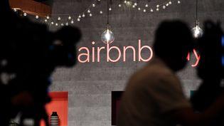 Le logo Airbnb à Tokyo (Japon), le 14 juin 2018. (TOSHIFUMI KITAMURA / AFP)