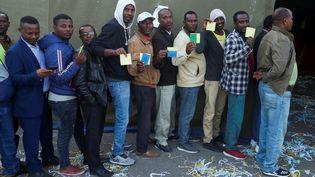 Leshabitants se pressent dans les bureaux de vote, carte d'électeurs en main à Hawassa, la capitale du Sidama, le 20 novembre 2019 (TIKSA NEGERI / Reuters)