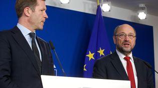 Paul Magnette, chef du gouvernement wallon et Martin Schulz, président du Parlement européen, le 22 octobre 2016 au Parlement européen à Bruxelles évoquent le CETA. (NICOLAS MAETERLINCK / BELGA)