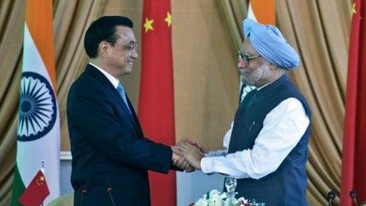 Le Premier ministre chinois Li Keqiang (à gauche) avec le Premier ministre indien Manmohan Singh, à New Delhi (20 mai 2013). (PRAKASH SINGH/AFP)