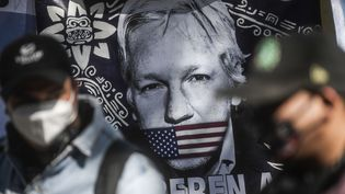 Un drapeau représentant Julian Assange devant l'ambassade britannique de Mexico City, lundi 4 janvier 2021. Photo d'illustration. (PEDRO PARDO / AFP)