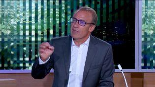 Sept milliards d'euros vont être consacrés à la filière de l'hydrogène vert. Actuellement, comme le souligne le journaliste de France Télévisions Jean-Christophe Batteria, il ne représente que 10% de la production d'hydrogène. (FRANCEINFO)