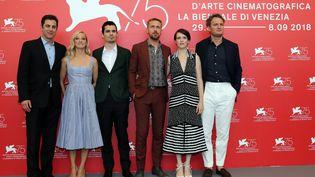 """Les acteurs de """"First Man"""", accompagnés du réalisateur, Damien Chazelle, et du scénariste Josh Singer, lors de la présentation du film en ouverture du festival de Venise (Italie), le 29 août 2018. (TONY GENTILE / REUTERS)"""