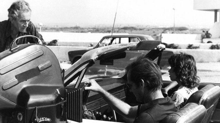"""Michelangelo Antonioni sur le tournage de """"Profession : reporter"""", avec Jack Nicholson et Maria Schneider, en 1974.  (Screen Prod / Photononstop)"""