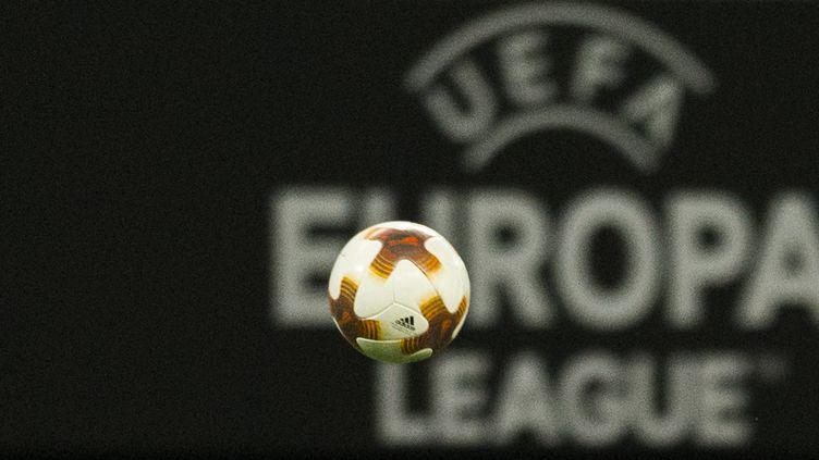 Un ballon lors d'un match de la Ligue Europa entre le SSC Napoli et le RB Leipzig, le 22 février 2018. (ROBERT MICHAEL / AFP)