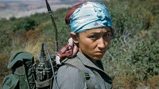 """L'Algérie en couleurs - """"Une djoundiya -soldate- ou une gamine ? Ou les deux?""""  (Bernard Werber / Juillet 1960)"""