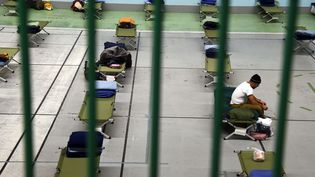 Des places d'hébergement d'urgence ouvertes à Paris, le 28 décembre 2014. (DOMINIQUE FAGET / AFP)