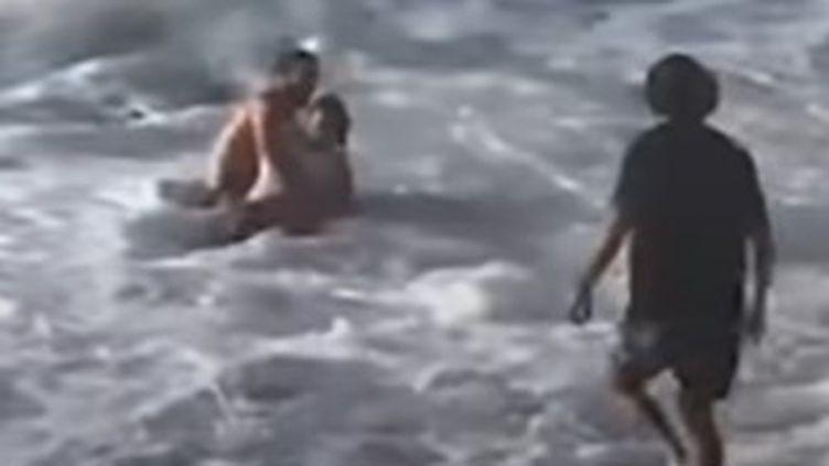 Le surfeur Mikey Wright sauve une femme de la noyade sur une plage d'Hawaï aux États-Unis. (CAPTURE D'ECRAN INSTAGRAM)