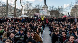 L'appropriation se poursuit. Depuis le 31 mars, après la manifestation contre la loi Travail, des manifestants s'installent place de la République et la transforme en agora. Tous les soirs, des centaines de personnes se réunissent et débattent. (YANN KORBI / CITIZENSIDE / AFP)