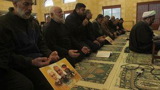 A Ghazieh, au Liban, des membres du Hezbollah font une prière en hommage au général Soleimani,commandant dela ForceQodsdes Gardiens de la Révolution, tué dans un raid américain en Irak, vendredi 3 janvier 2020. (MAHMOUD ZAYYAT / AFP)