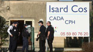 Des policiers devant l'entrée du Centre d'accueil pour demandeurs d'asile (Cada) IsardCOSdePau, le 19 février 2021. (GAIZKA IROZ / AFP)