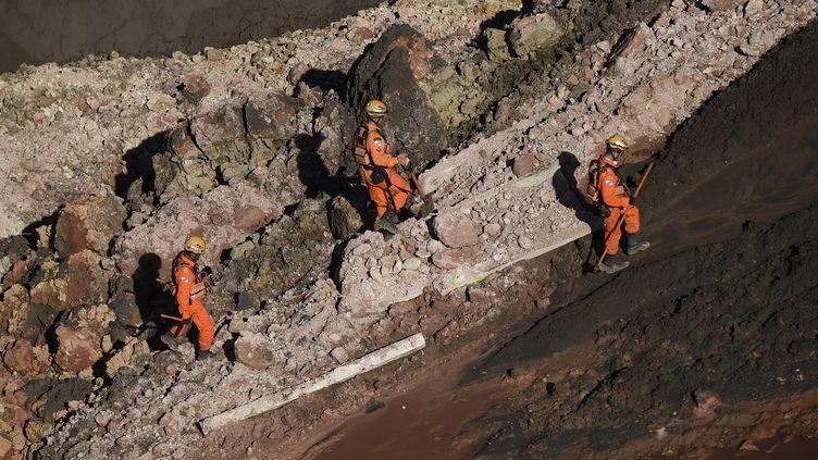 Les pompiers recherchent des survivants après la rupture d'un barrage minier àBrumadinho (Brésil), le 27 janvier 2019. (DOUGLAS MAGNO / AFP)