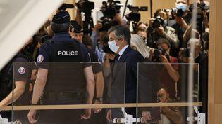 L'ancien Premier minictre François Fillon et son épouse Pénélope arrive au tribunal, le 29 juin 2020, à Paris. (THOMAS SAMSON / AFP)