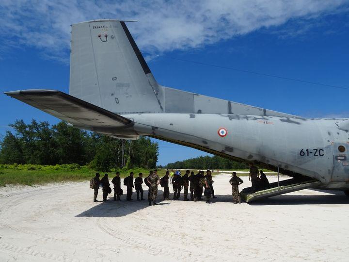 Militaires français embarquant dans un vol au départ de l'île Juan Nova, des îles Eparses (SOPHIE LAUTIER / AFP)