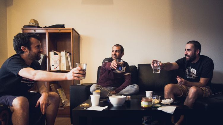 Des Français réunis dans un appartement de Bordeaux (Gironde), le 11 mai 2020. (LAURENT PERPIGNA IBAN / HANS LUCAS /  AFP)