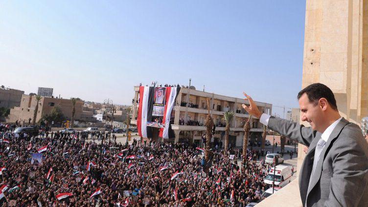 Le président Bachar Al-Assad salue ses partisans à Al-Raqqa (Syrie), le 6 novembre 2011. (SANA / AFP)