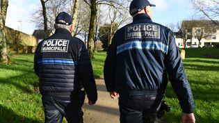 Des policiers municipaux, le 4 février 2020 à Gouesnou (Finistère). (FRED TANNEAU / AFP)