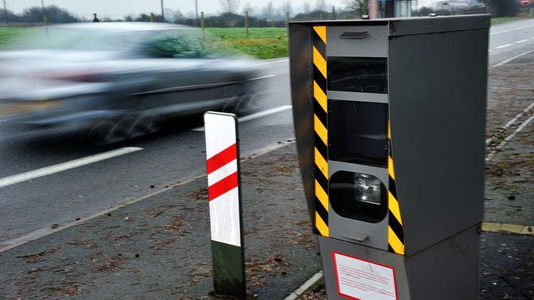 Une voiture passe devant un radar, le 28 janvier 2012 sur la route de Strazeele (Nord). (PHILIPPE HUGUEN / AFP)