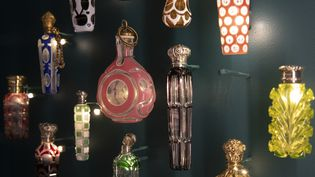 """Détail de la vitrine """"L'essor de la parfumerie au XIXe siècle dans le musée du parfum Fragonard à Paris le 12 avril 2019 (THOMAS SAMSON / AFP)"""