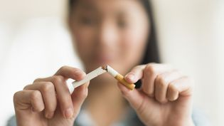 """Le ministère de la Santé lance le 1er novembre 2016 le """"Moi(s) sans tabac"""", une opération destinée à inciter les fumeurs à arrêter de fumer pendant 30 jours. (JGI/TOM GRILL / BLEND IMAGES / GETTY IMAGES)"""